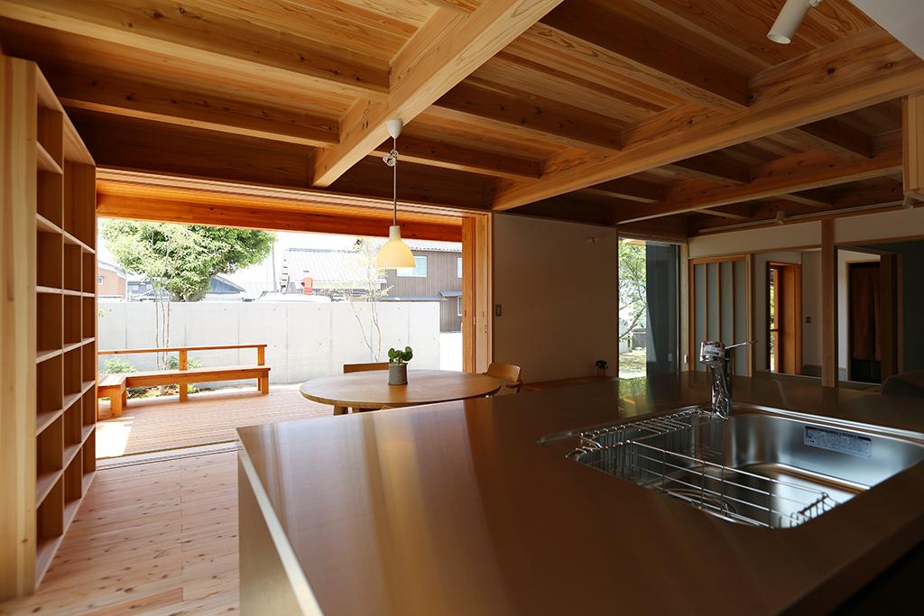 たつの市の木の家 キッチンから1階を見渡す