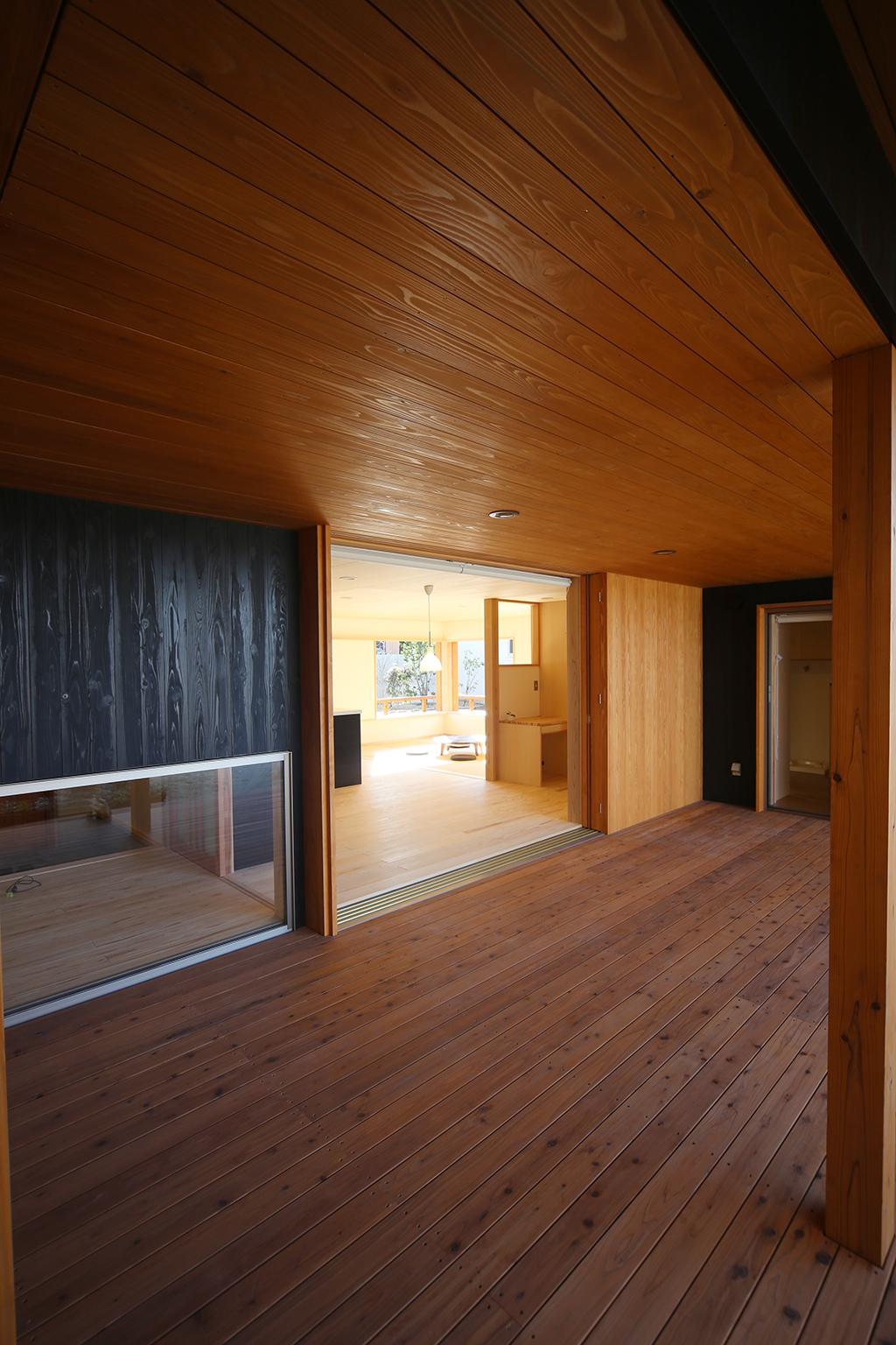 高砂市の木の家 回廊のようなインナーデッキ