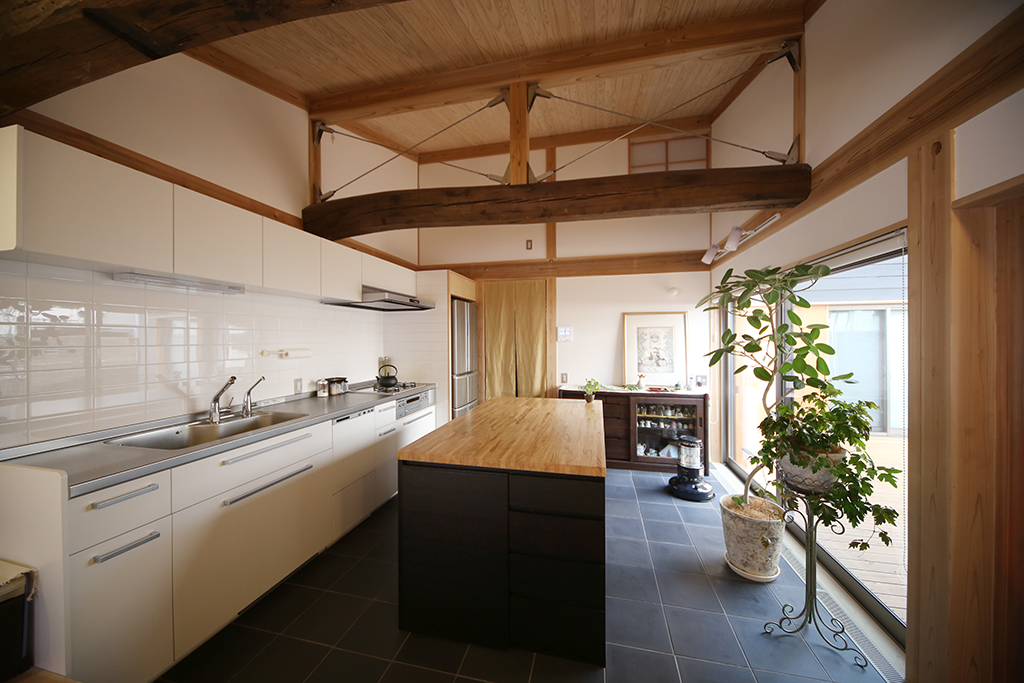 神戸市の木の家 吹き抜けの開放的なキッチン
