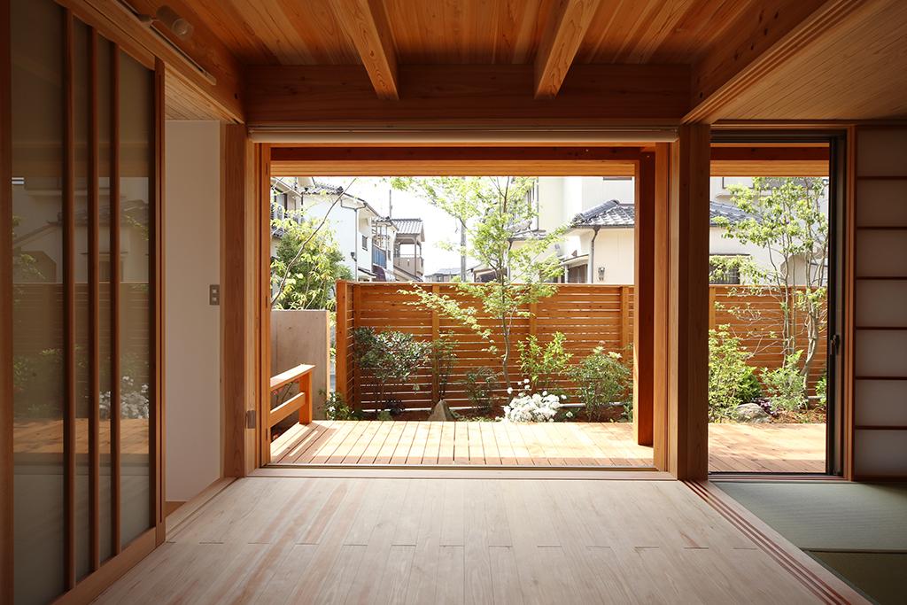 加古川市の木の家 リビングから庭を望む