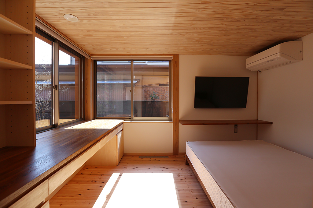 明石市の木の家 書斎付きの寝室