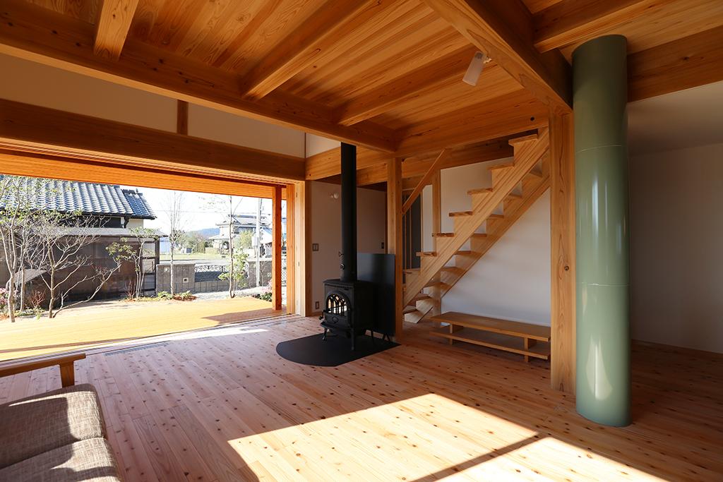 姫路市の木の家 大開口の窓と薪ストーブのあるリビング