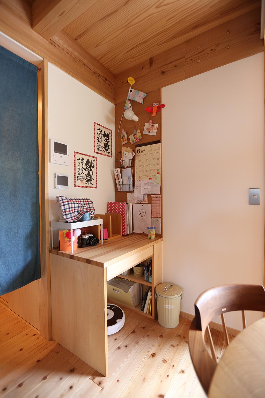 姫路市の木の家 LDKの片隅に設けた作業デスク