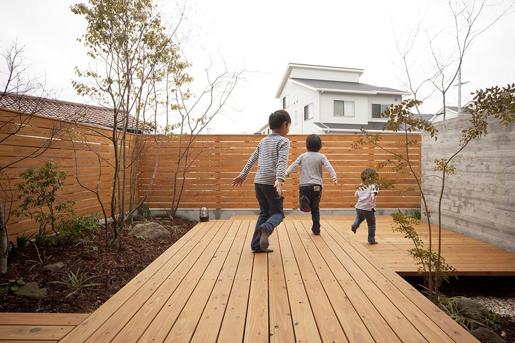 加古川市の木の家 庭を駆け回るお子さんたち