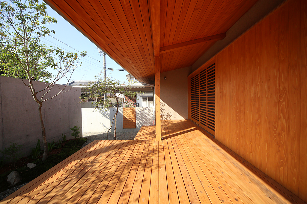 加古川市の木の家 深い軒のあるウッドデッキ