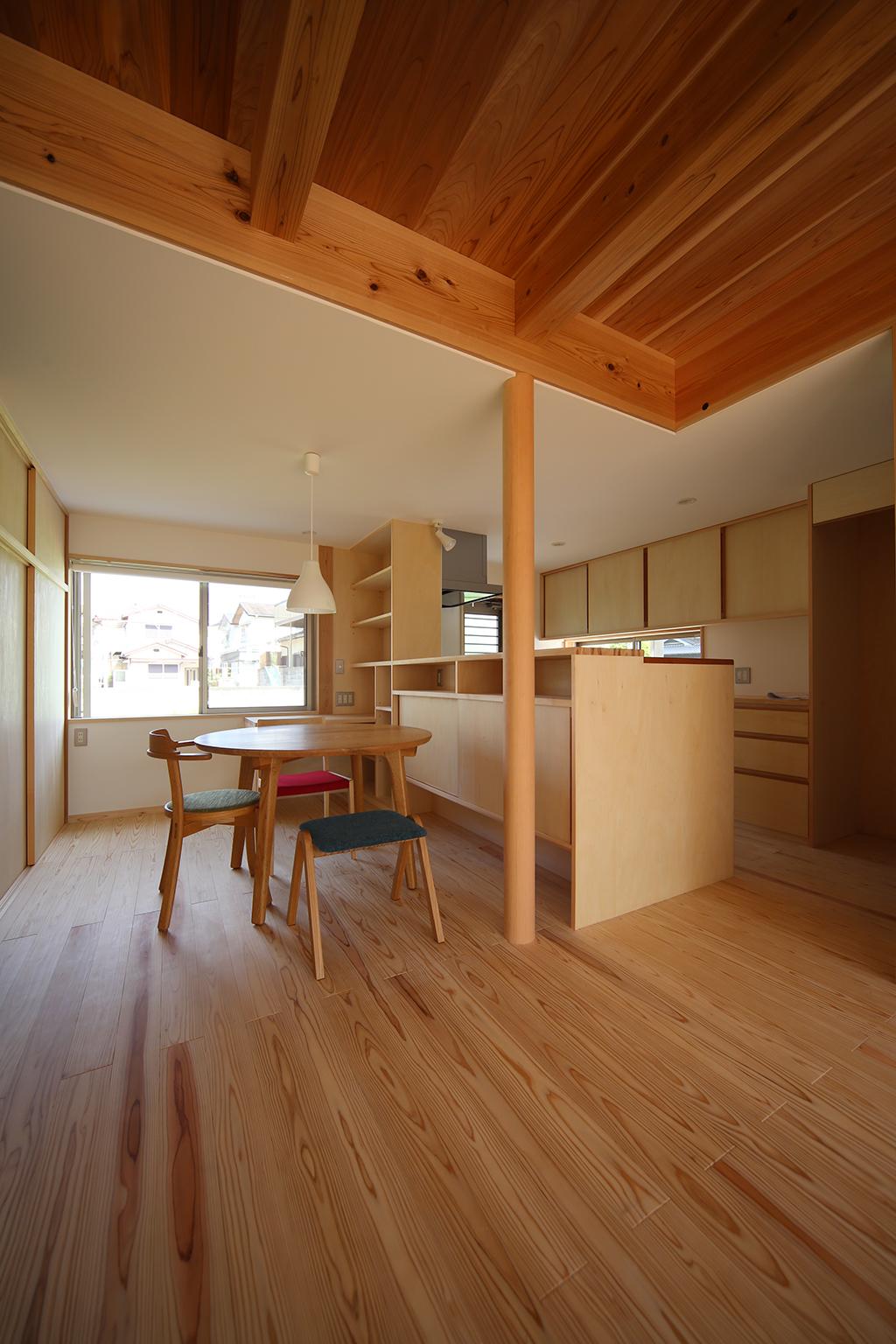 加古川市の木の家 リビングからダイニングキッチンを見る