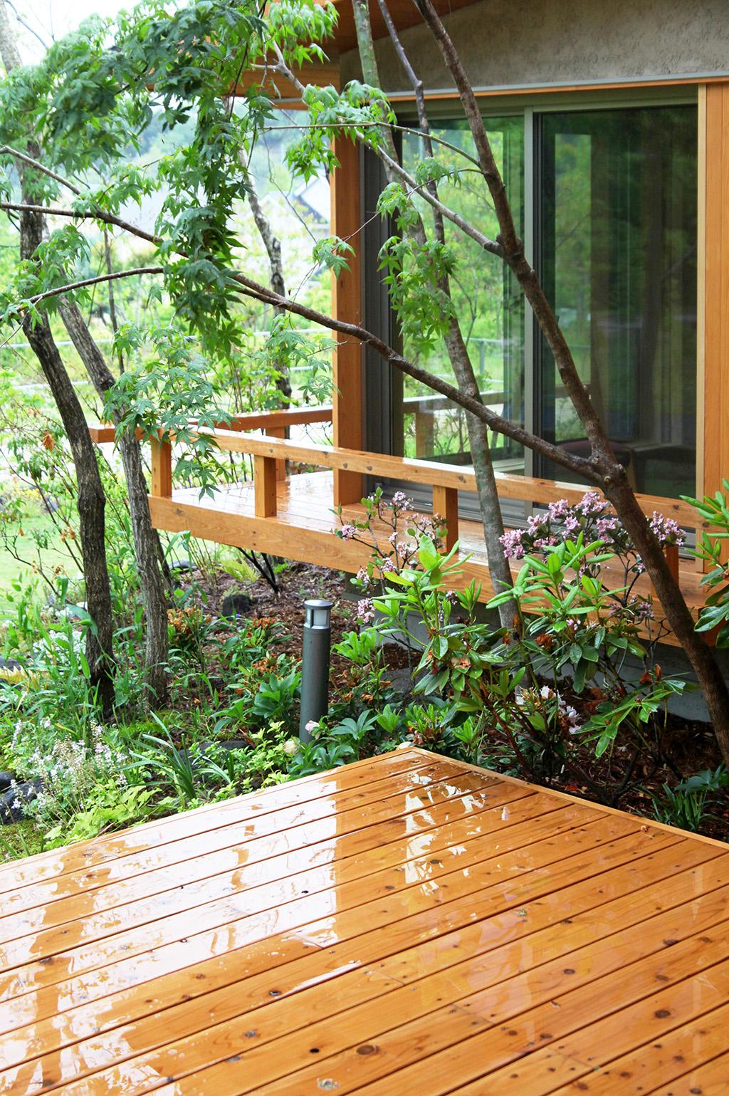 たつの市の木の家 ウッドデッキから客間を望む