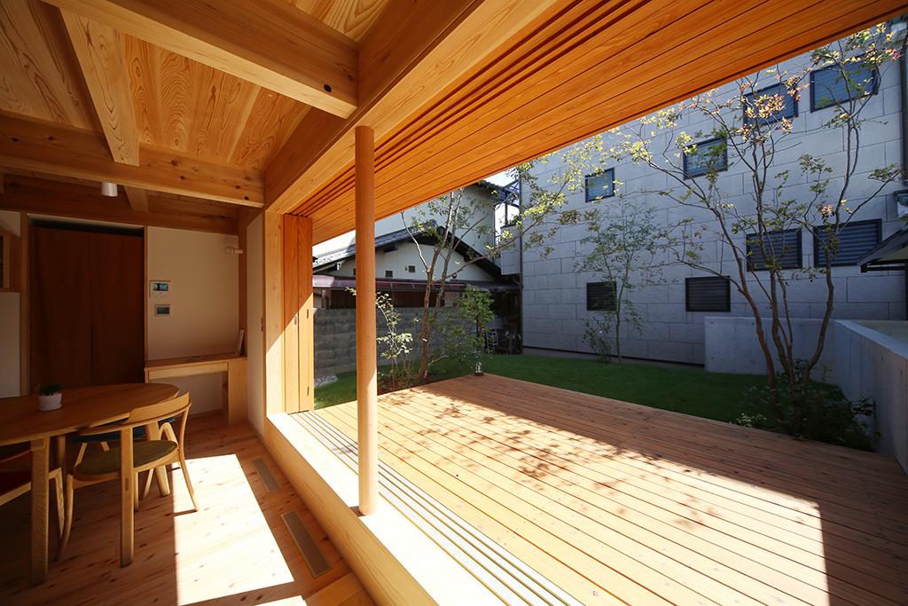 姫路市の木の家 実家の壁がスクリーンになる芝生の庭