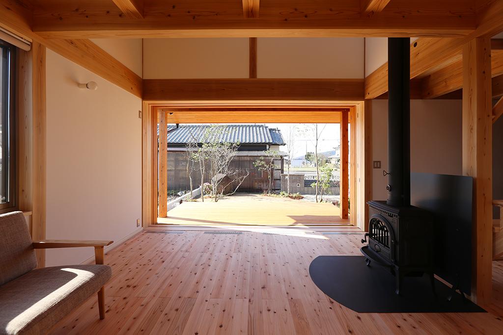 姫路市の木の家 ウッドデッキでさらに広がりを増すリビング