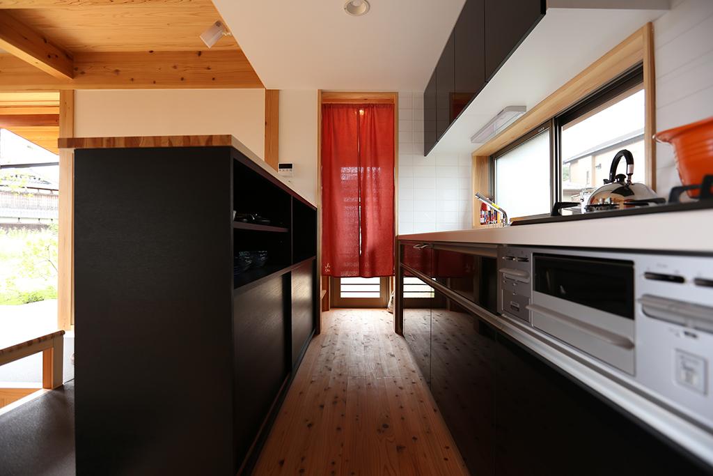 自然にふれる 低座の暮らし 造作収納のあるキッチン