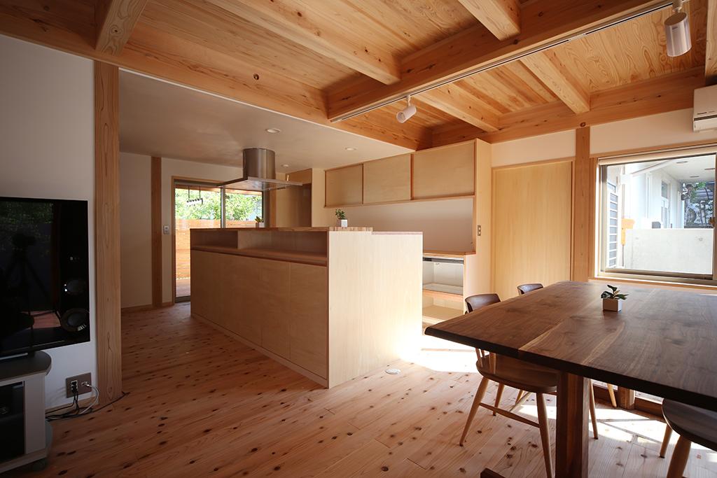 加古川市の木の家 大容量の収納を備えたオリジナルキッチン