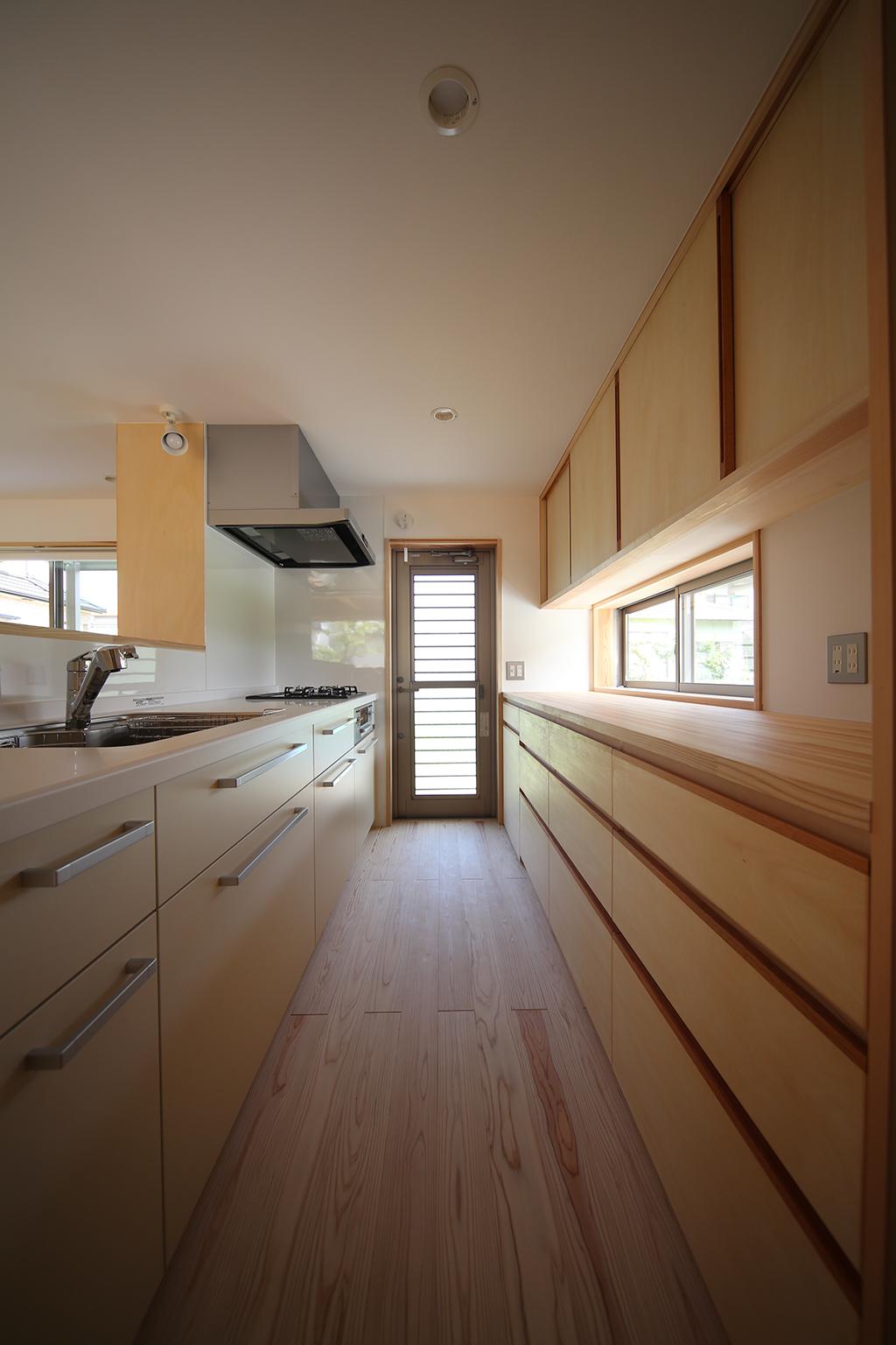 加古川市の木の家 大容量の背面収納を備えたキッチン