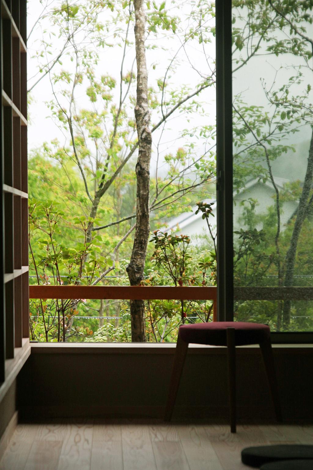 たつの市の木の家 客間から覗く緑