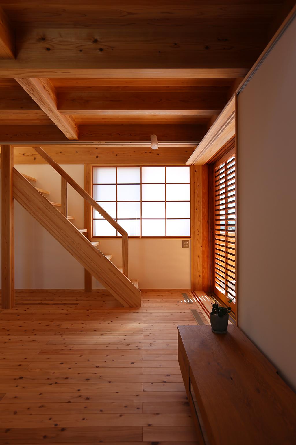 加古川市の木の家 リビングに設けた階段