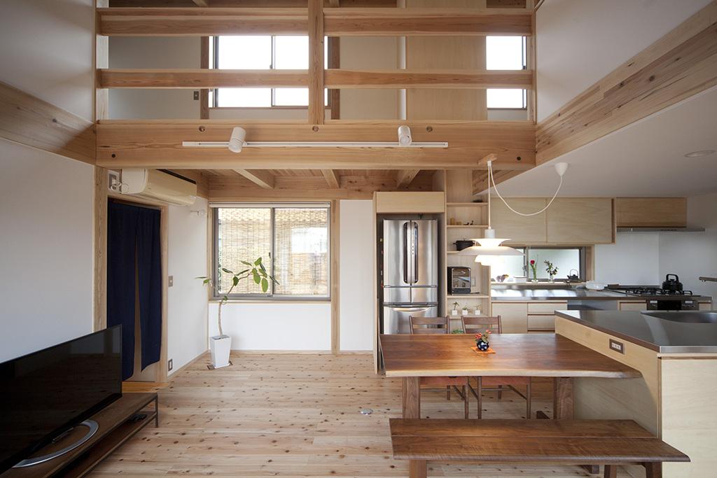 加古川市の木の家 吹き抜けで2階とつながるLDK