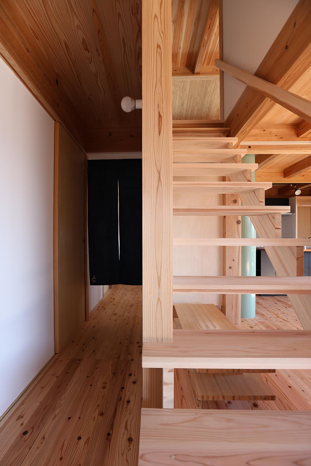 姫路市の木の家 圧迫感を感じさせない階段