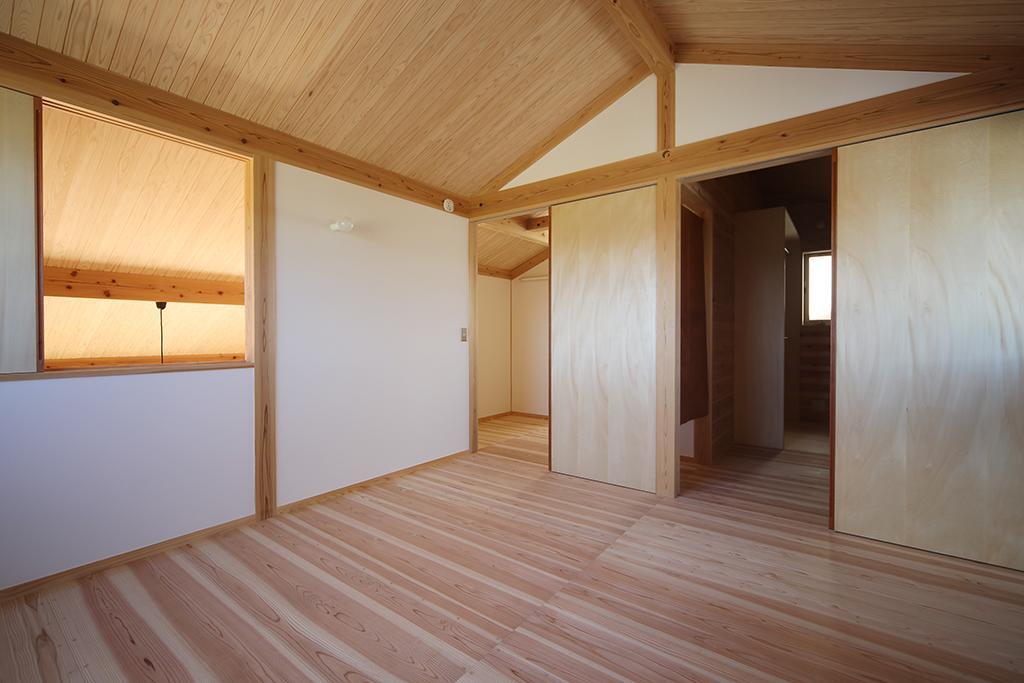 姫路市の木の家 寝室より2階全体を見渡す