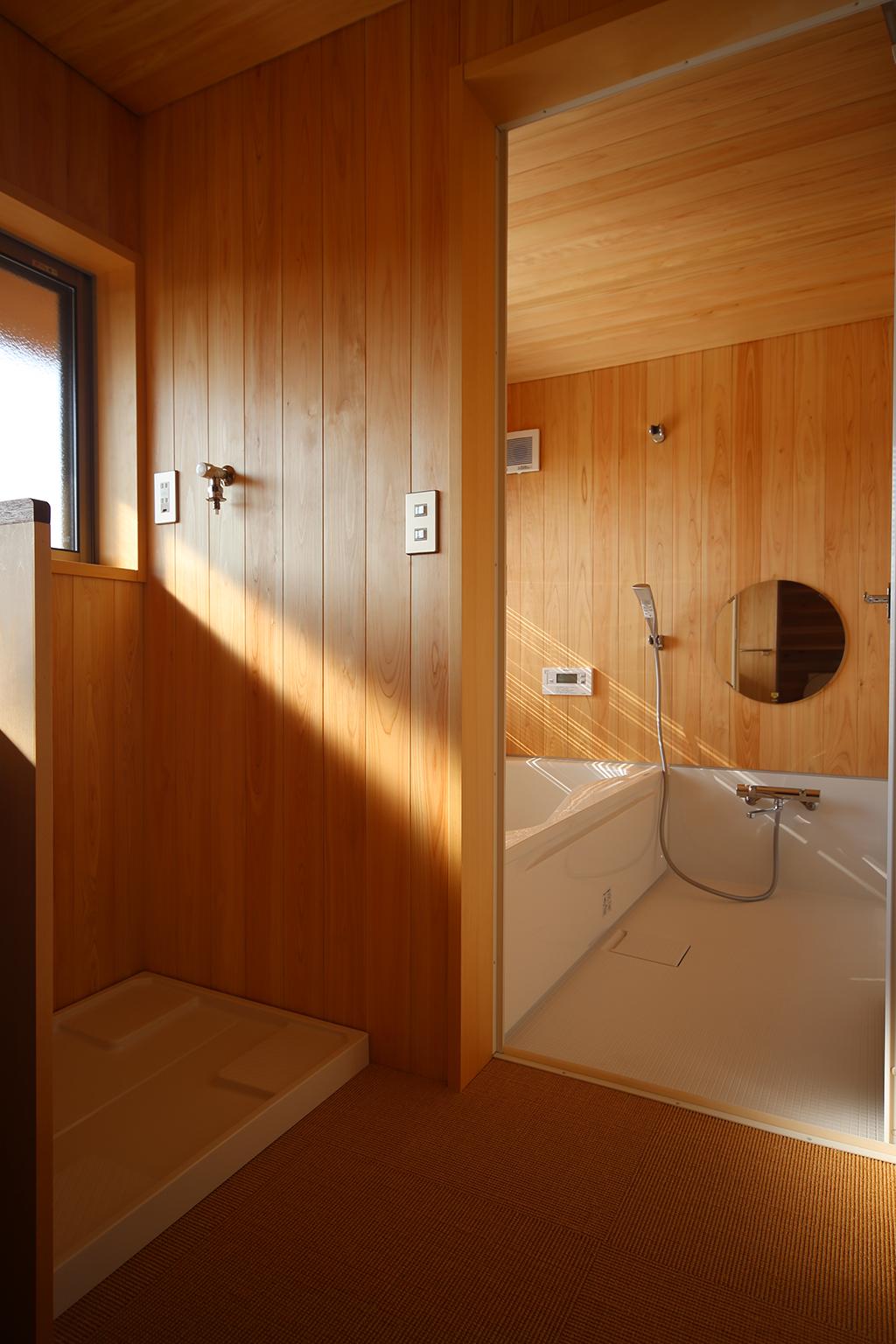 高砂市の木の家 桧貼りの洗面脱衣室と浴室
