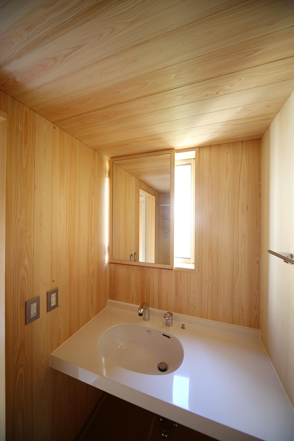 姫路市の木の家 桧貼りの洗面室