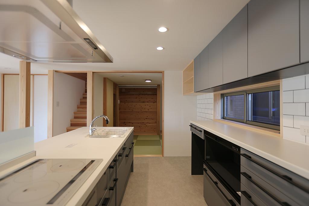 姫路市の木の家 キッチンから和室の動線