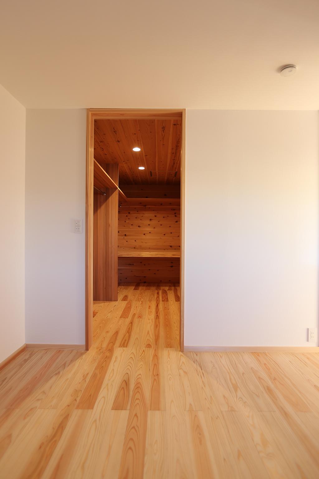 姫路市の木の家 寝室に隣接するクローク
