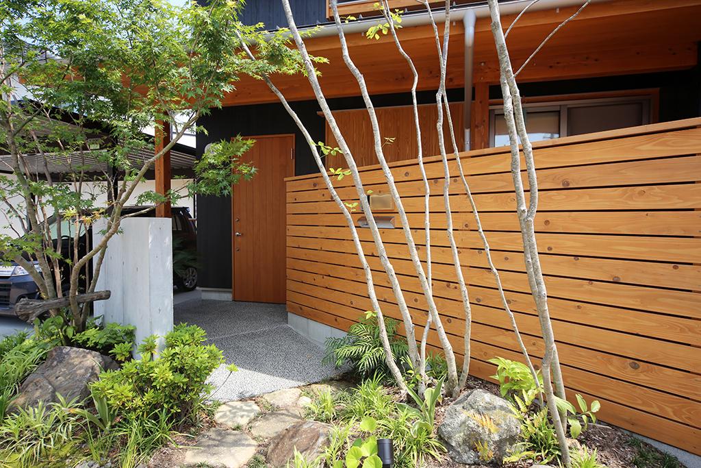 姫路市の木の家 緑が美しいアプローチ