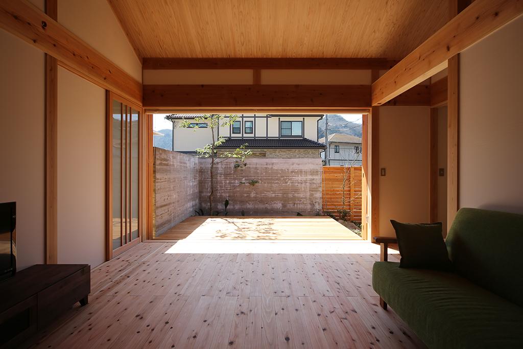 赤穂市の木の家 庭の景色を取り込む大開口の窓