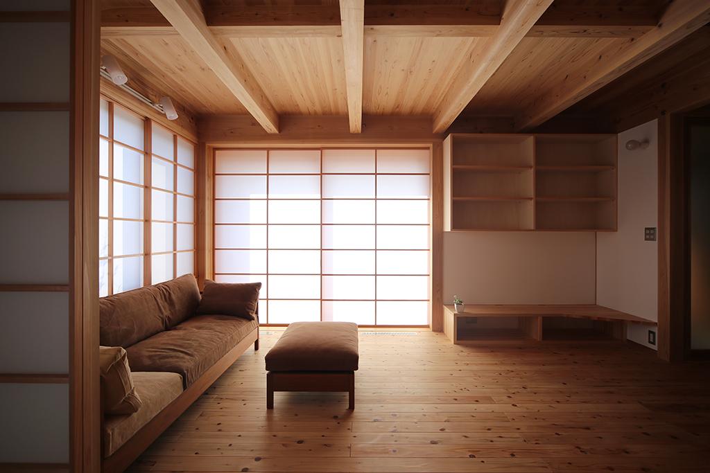 高砂市の木の家 障子を閉めた開口部から柔らかな光が注ぐ