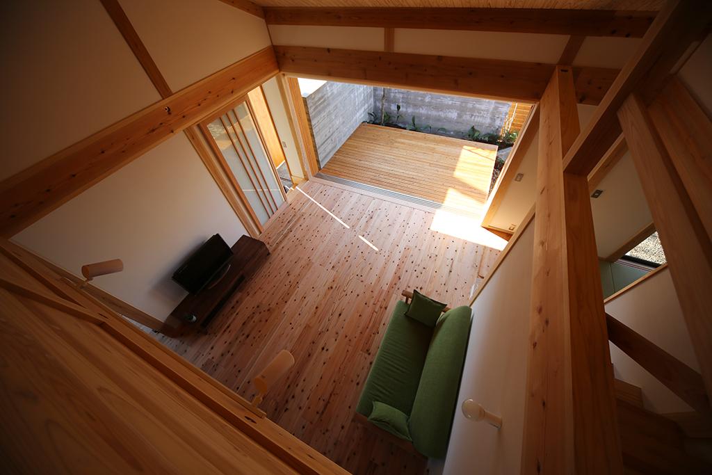 赤穂市の木の家 2階からリビングを見下ろす