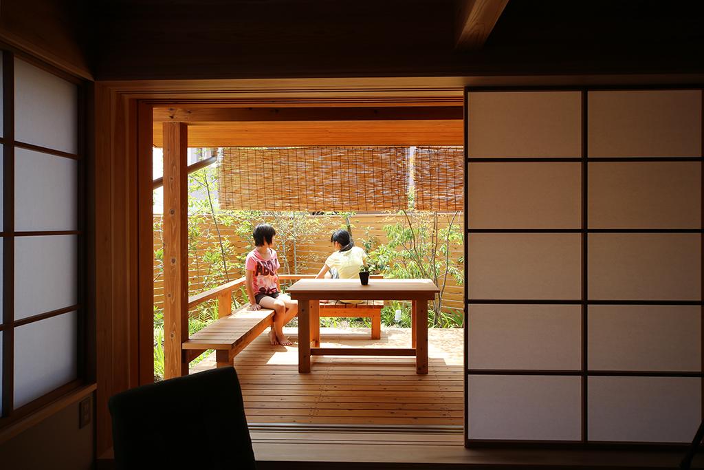 姫路市の木の家 デッキで遊ぶお子さんたち