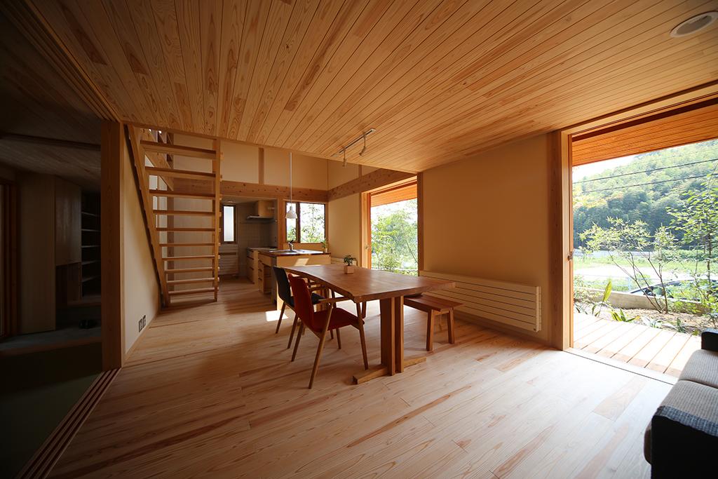 姫路市の木の家 リビングから1階を見渡す