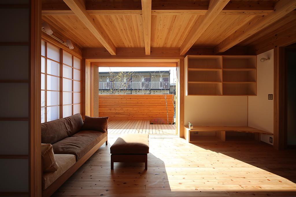 高砂市の木の家 和室からリビングを通して庭を見る
