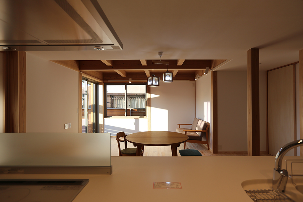 姫路市の木の家 キッチンからリビングダイニングを望む
