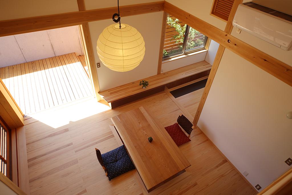 姫路市の木の家 2階からリビングを見る