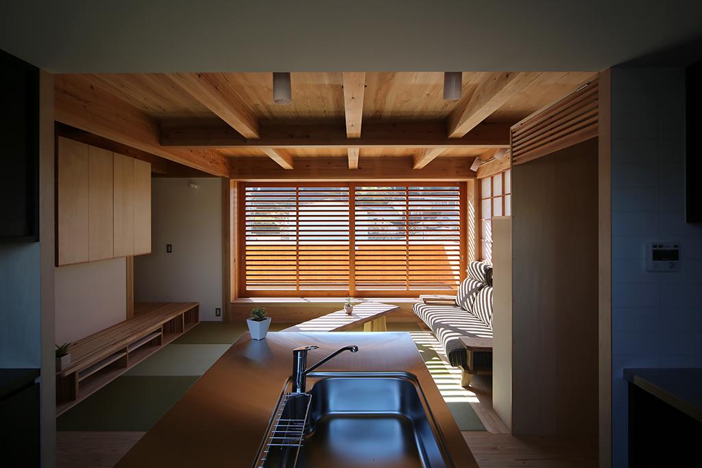 相生市の木の家 キッチンからリビングを見る