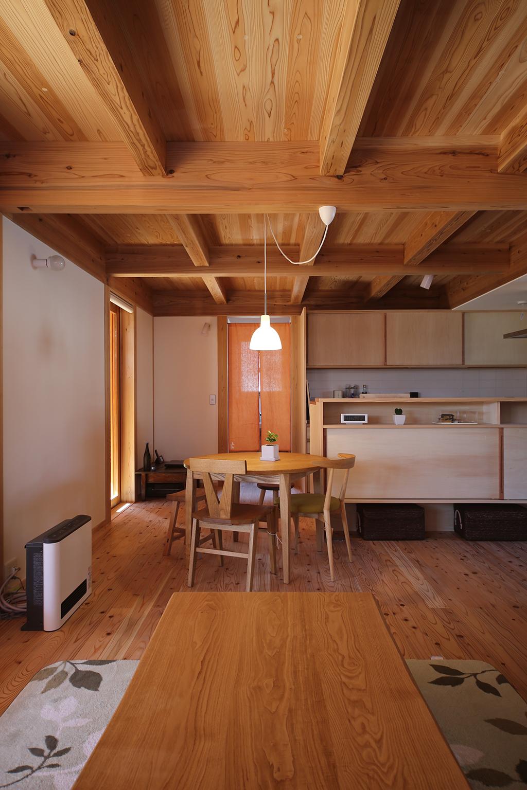 姫路市の木の家 リビングからダイニングキッチンを見る