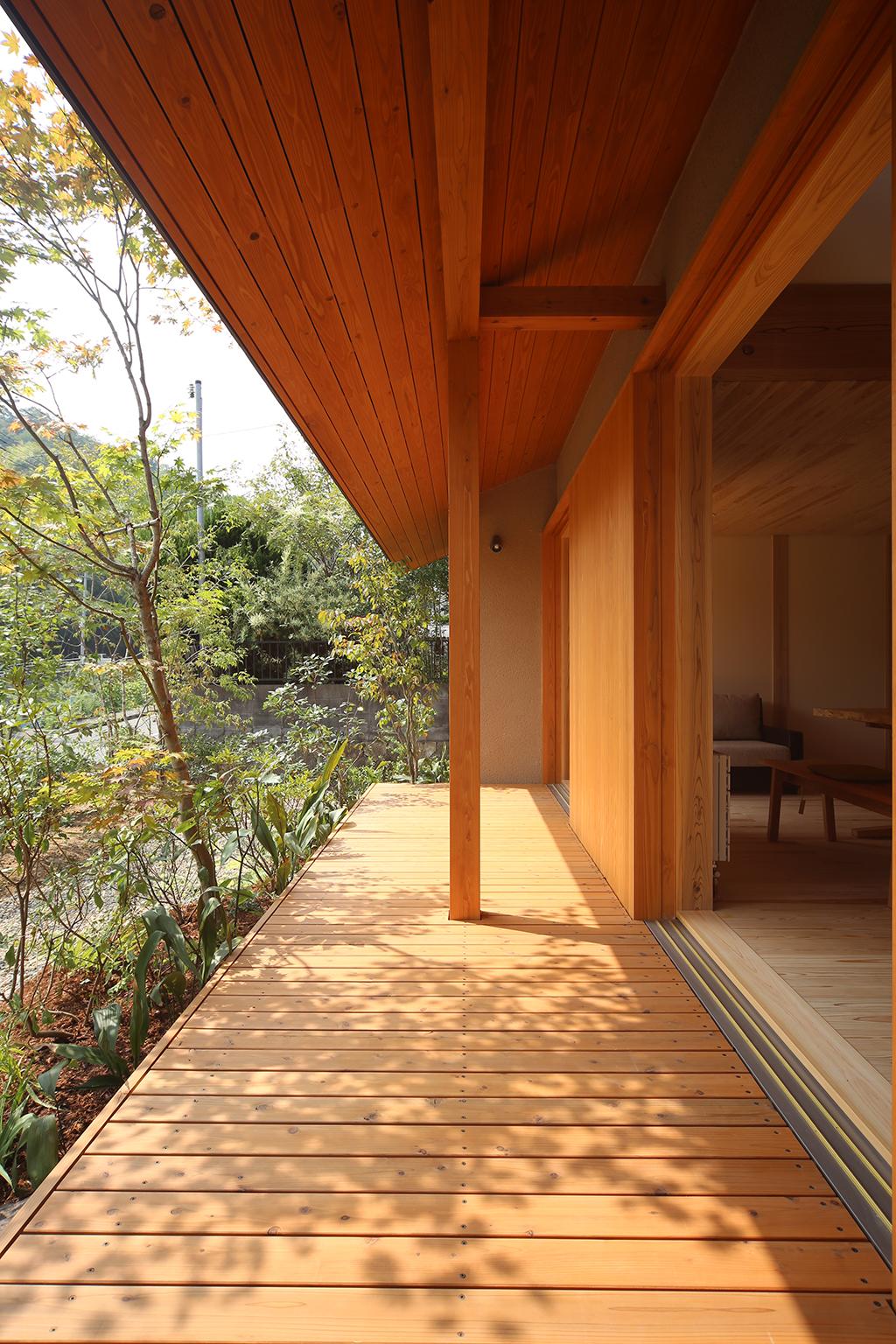 姫路市の木の家 深い軒に守られたウッドデッキ