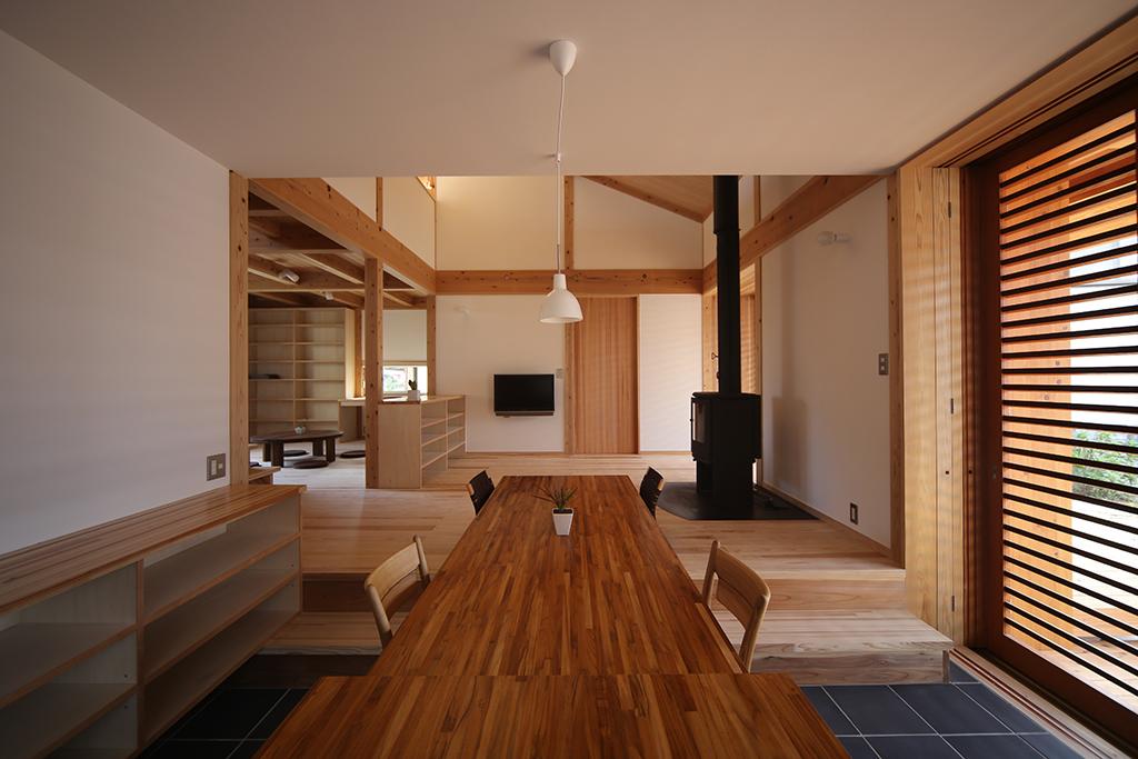 姫路市の木の家 キッチンから土間を通してリビングを見る
