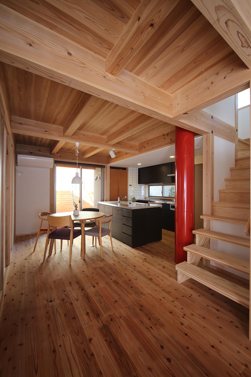 高砂市の木の家 OMダクトがアクセントのダイニングキッチン