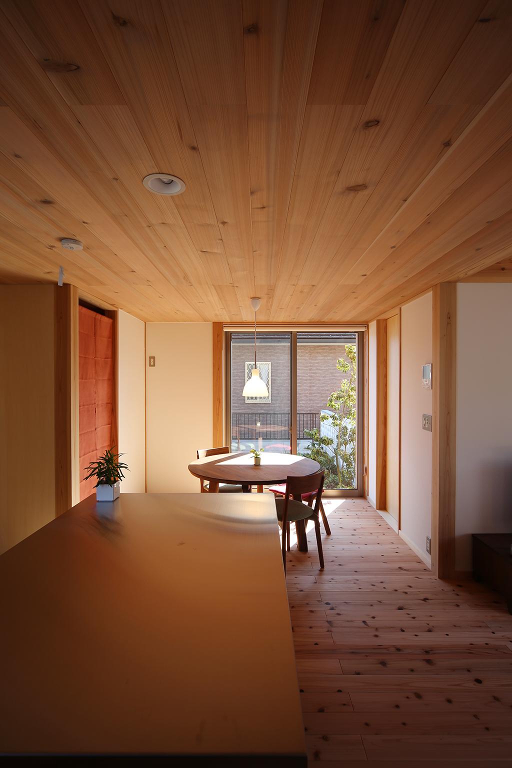 赤穂市の木の家 キッチンからダイニングを見る