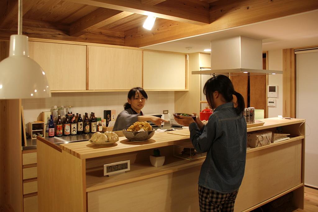 姫路市の木の家 対面式の造りつけカウンター