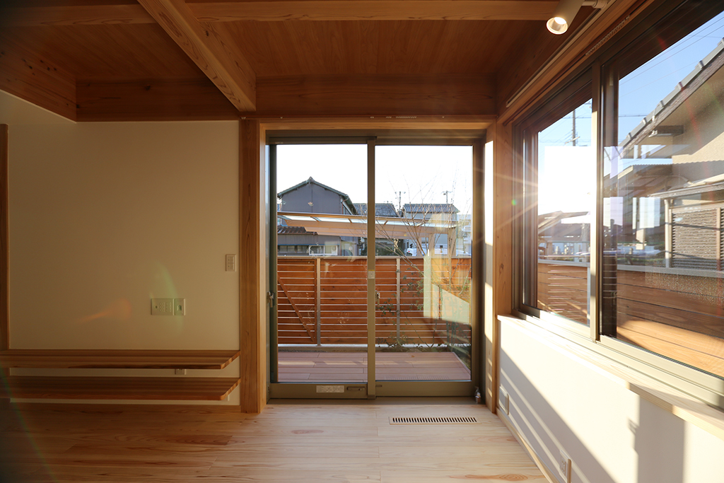 姫路市の木の家 リビングから庭を見る