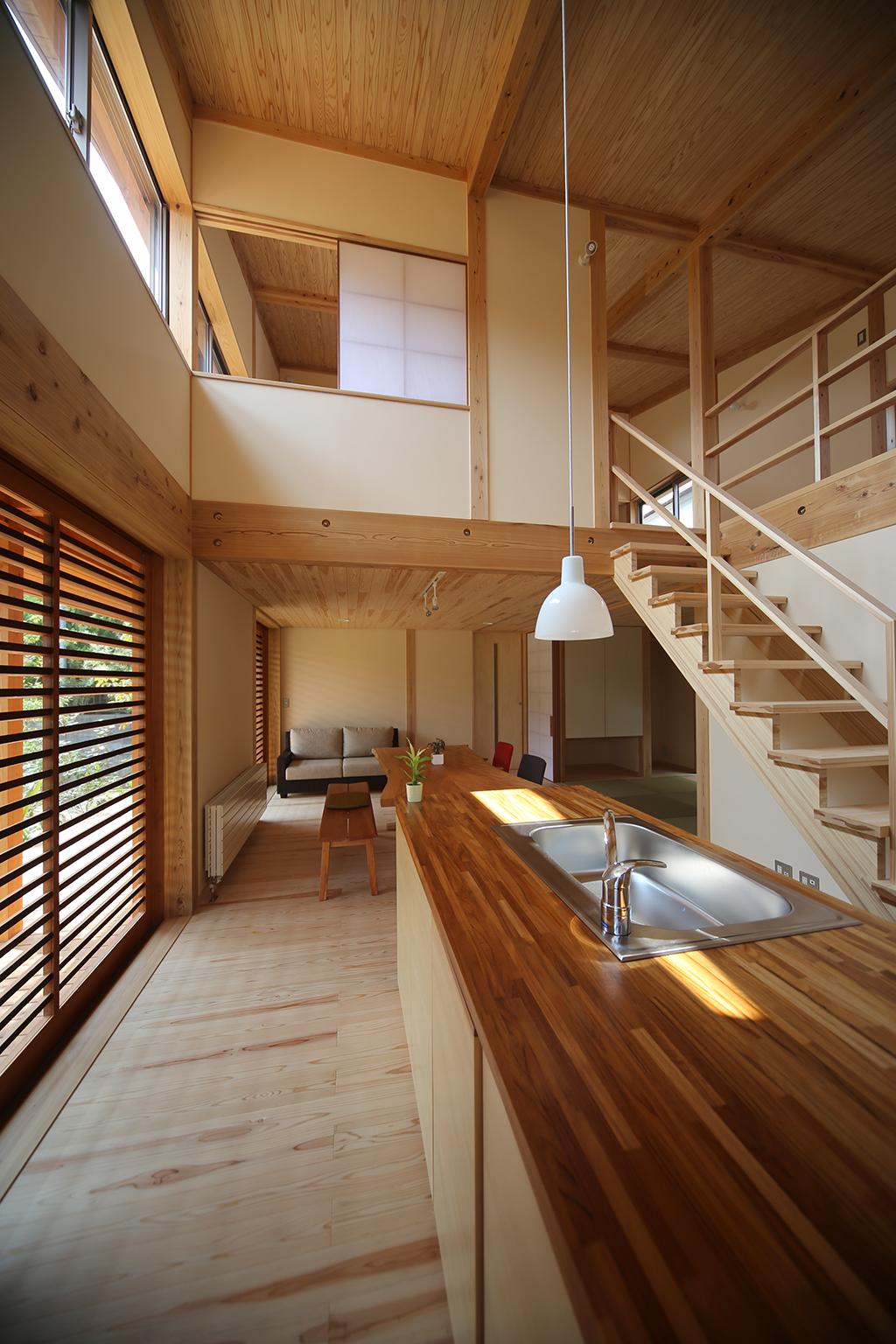 姫路市の木の家 吹き抜けで2階とつながるLDK