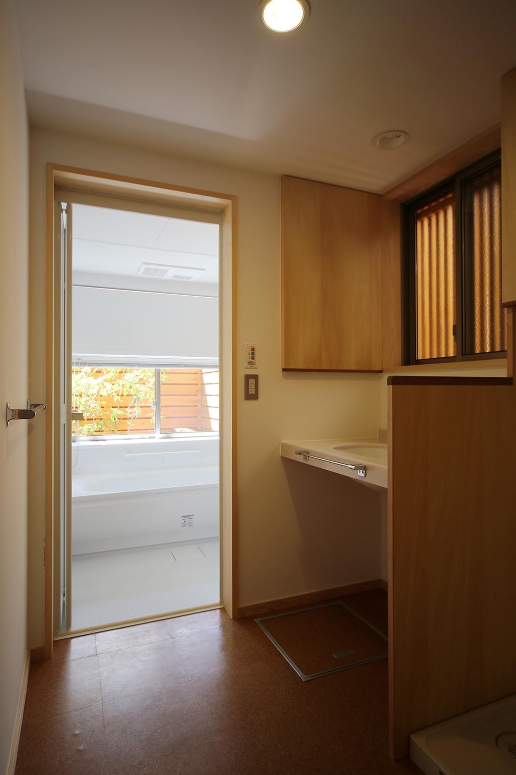 姫路市の木の家 洗面脱衣室と浴室