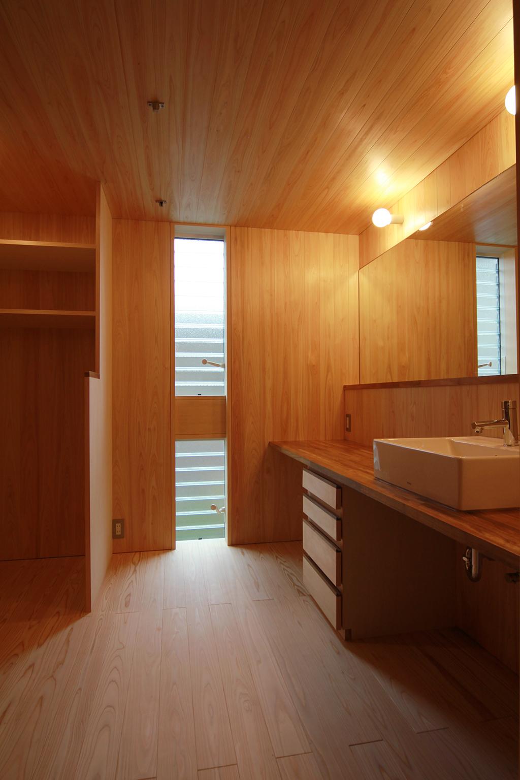 姫路市の木の家 桧貼りの洗面脱衣室