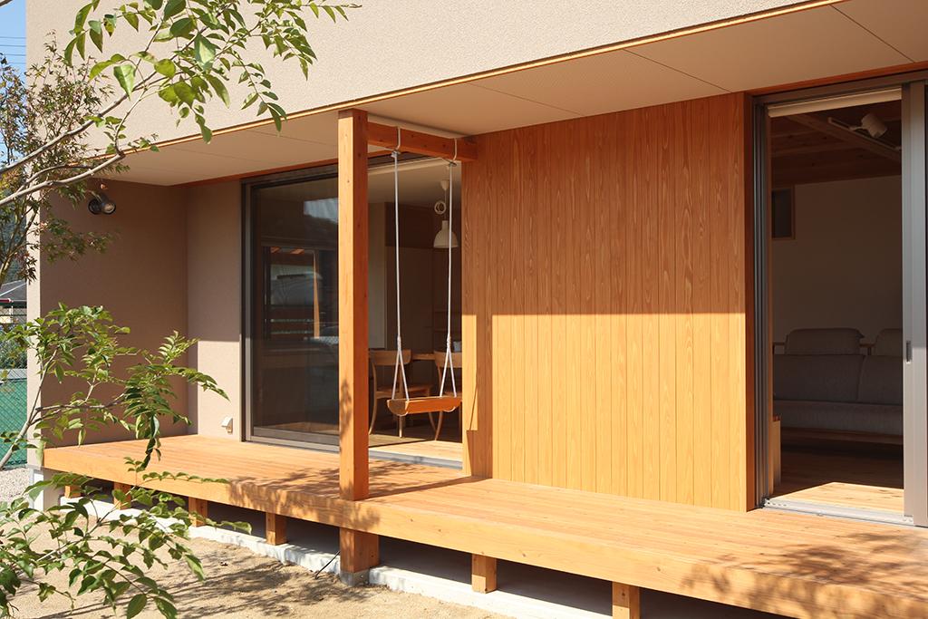姫路市の木の家 LDKとフラットにつながるウッドデッキ