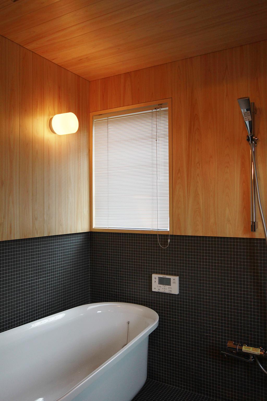 姫路市の木の家 桧とタイルのコントラストがお洒落な浴室
