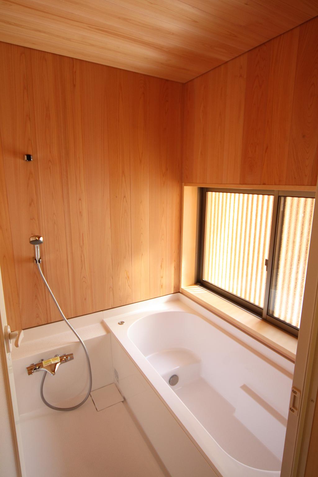 たつの市の木の家 さわら貼りの浴室