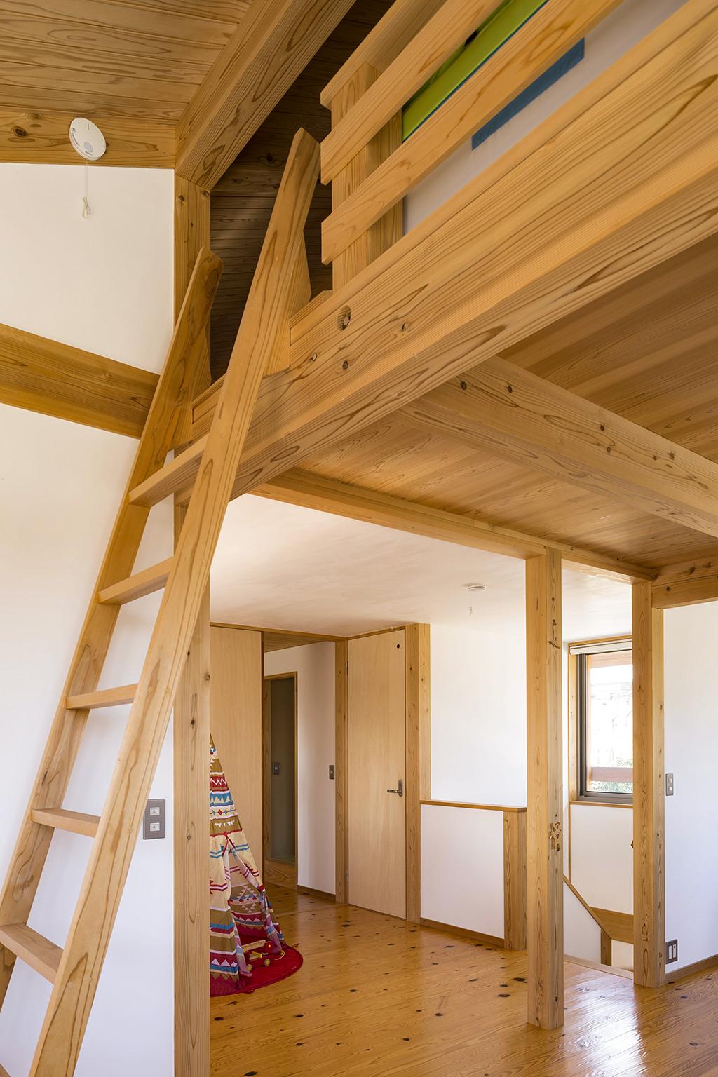 姫路市の木の家 2階子ども部屋とロフトにつながる階段