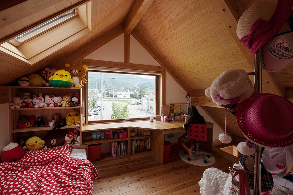 宍粟市の木の家 天窓のある3階子ども部屋